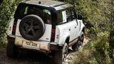 Der Land Rover Defender PHEV ist auch elektrisch voll geländetauglich