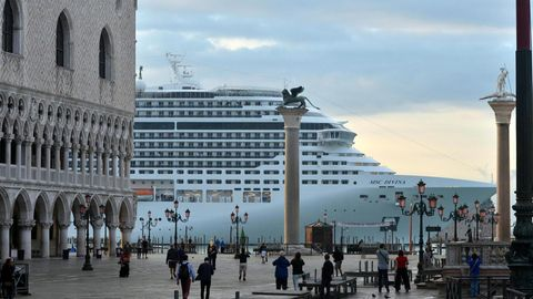 Kreuzfahrtschiff fährt am Markusplatz vorbei.
