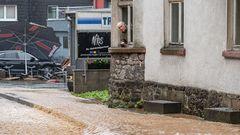 Rentner blickt auf überflutete Straße