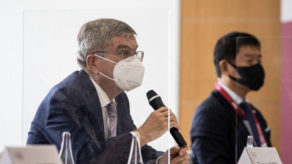IOC-Präsident Thomas Bach (l.) bei einem Treffen in Tokio mit Olympia-Organisatoren