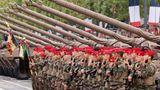 Mitglieder des 1. Spahi-Regiments präsentieren das Gewehr vor dem allradgetriebenen SpähpanzerAMX-10 RC