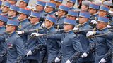 """Ein Bild, das viele Franzosen stolz macht: Absolventen der Saint-Cyr Militär-Akademie schreiten am """"Tag vom Sturm auf die Bastille"""" über denChamps-Élysées"""
