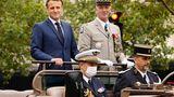 Frankreichs Präsident Emmanuel Macron führte die Parade gemeinsam mit dem General Francois Lecointre im offenen Jeep an