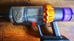 Ein Druck auf den roten Hebel öffnet den Staubbehälter.