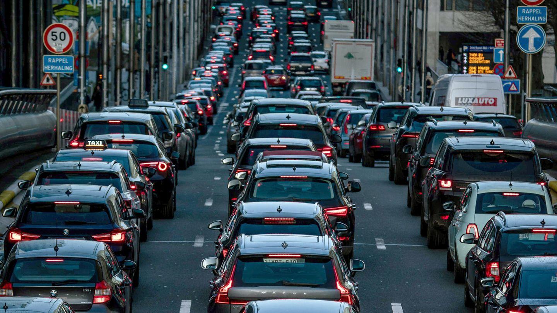 Belgien, Brüssel: Der morgendliche Berufsverkehr rollt über die Straßen im Zentrum
