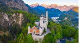 Das Abbild des Schlosses Neuschwanstein ist im Ausland der Inbegriff für das Reiseziel Deutschland. Die Architektur will bewusst an eine Ritterburg und das Königstumdes Mittelalters erinnern.