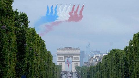 Jets der offiziellen Kunstflugstaffel der französischen Luftwaffe fliegen über die Champs-Elysees
