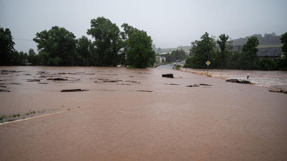 Die Kreisstrasse 74 zwischen Rittersdorf und Nattenheim ist von der Nims überflutet