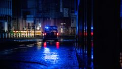 Ein Einsatzwagen der Polizei sichert eine überflutete Straße