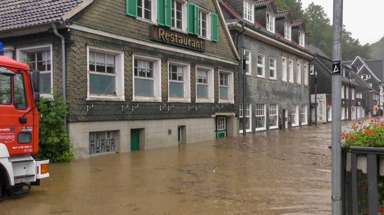 Eine Straße vor einem Restaurant in Solingen ist überflutet