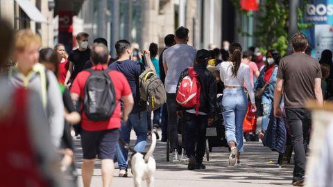 Inzidenz Corona Deutschland: Passanten in einer Einkaufsstraße