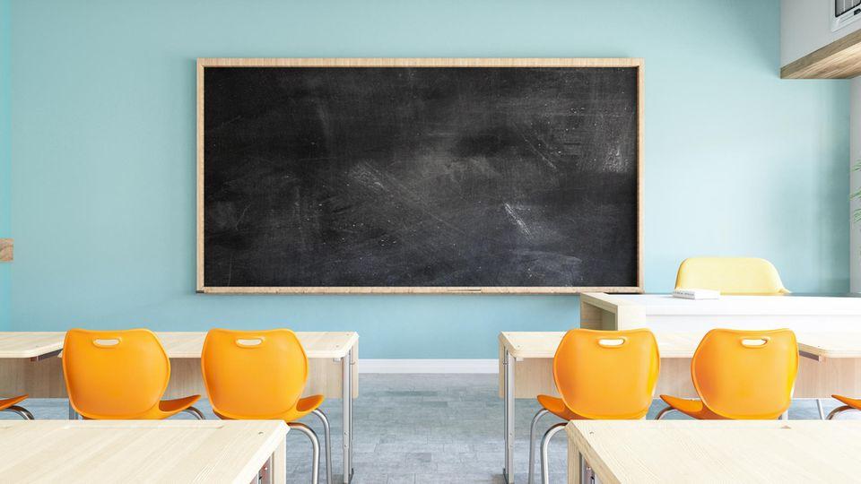 Ein Klassenzimmer mit gelben Plastikstühlen