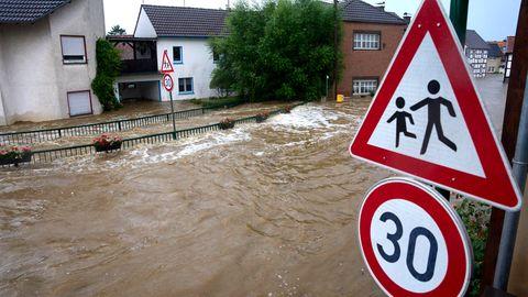Überflutete Straße in Esch (Kreis Ahrweiler)