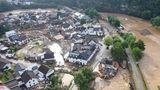 Mindestens vier Menschen kamen den Angaben zufolge bei der Unwetterkatastrophe im Landkreis Ahrweiler ums Leben. Ob die Todesfälle mit den Hauseinstürzen in Verbindung stehen, war zunächst unklar.
