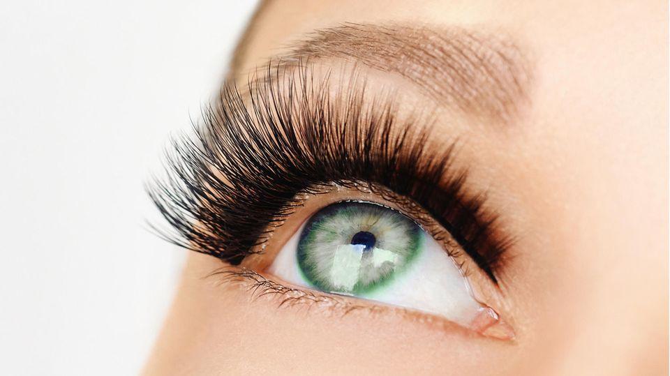 Ein Auge mit künstlichen Wimpern
