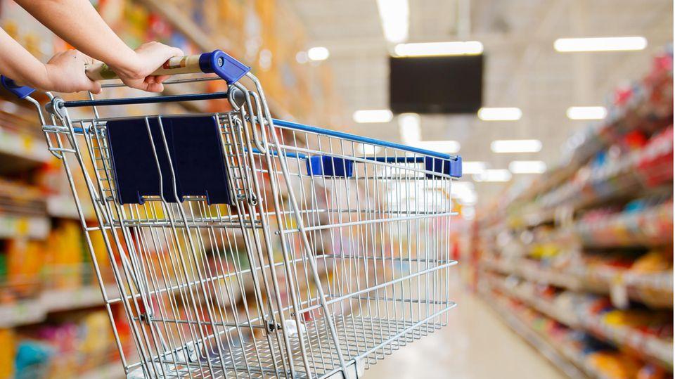 Supermarkt und Einkaufswagen