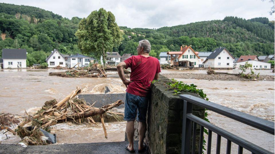 Mann blickt auf Hochwasser