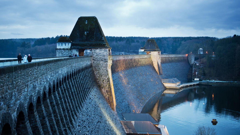 Nordrhein-Westfalen, Möhnesee: Scheinwerfer illuminieren die Möhnetalsperre