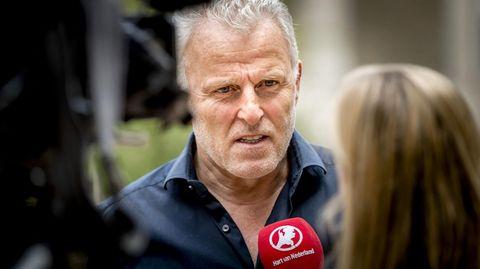 Peter R. de Vries spricht in ein Mikrofon