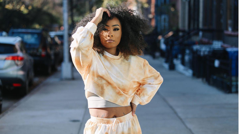 Eine Frau liegt auf einem Skatboard