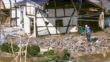 Die ersten Bewohner kehren nach Schuld zurück und schauen, was das Hochwasser ihnen gelassen hat.Ein Mann steht neben einem zerstörten Fachwerkhaus im Schutt. Schwer zu sagen, ob das Haus noch zu retten ist