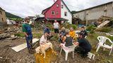 Anwohner sitzen am Tag nach dem Unwetter mit Hochwasser in Schuld zusammen – zumindest einer von ihnen kann noch oder wieder lächeln
