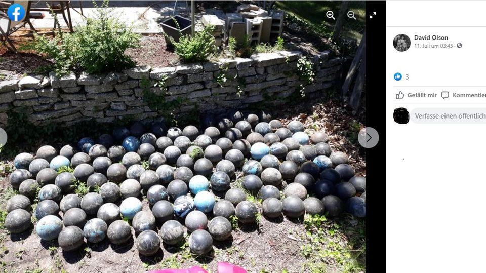 Sehr viele blaue Bowlingkugeln liegen in einer Wiese, der Screenshot ist von Facebook