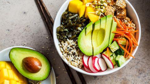 Rezept für eine sommerliche Poké Bowl mit Mango.