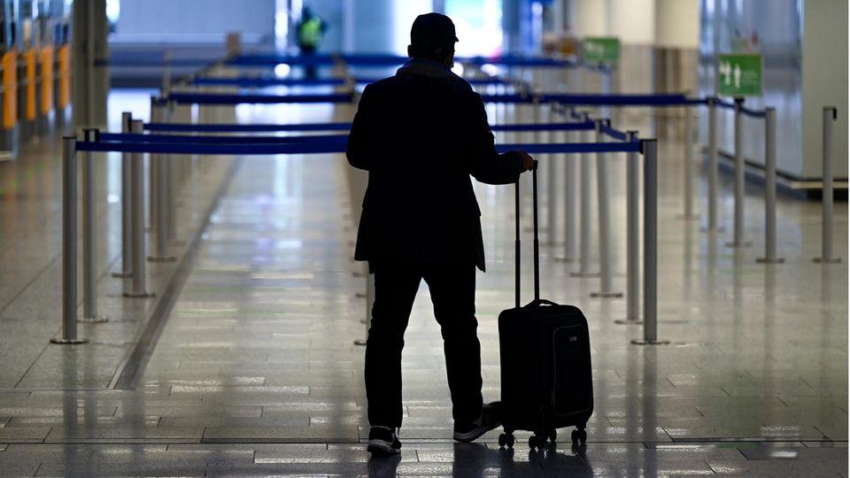 Passagier mit Koffer am Frankfurter Flughafen