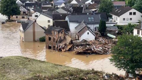 Die Luftaufnahme zeigt den vom Ahr-Hochwasser überfluteten Ortsteil Altenburg