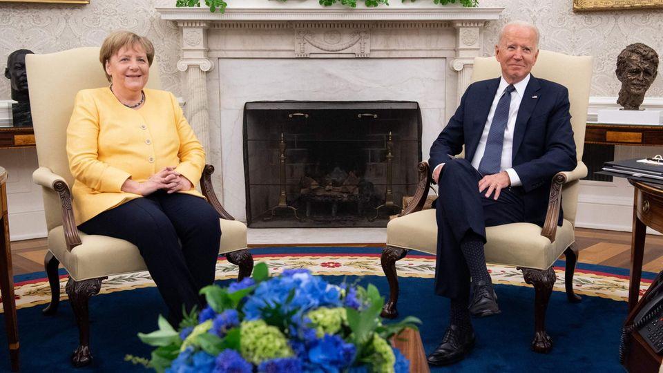 Bundeskanzlerin Angela Merkel (CDU, l.) und US-Präsident Joe Biden im Oval Office