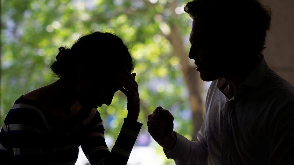 Paar streitet sich, gestellte Szene