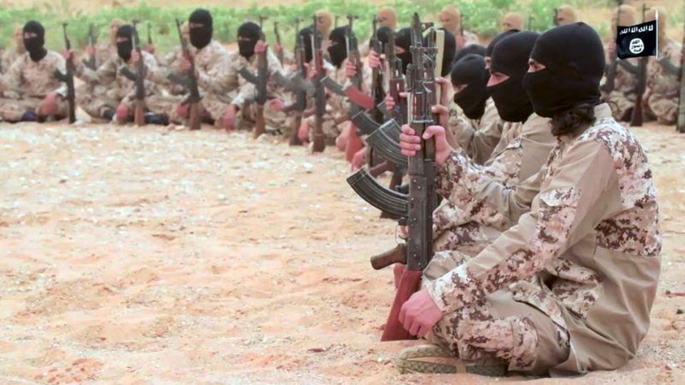 IS-Kämpfer sitzen auf dem Boden