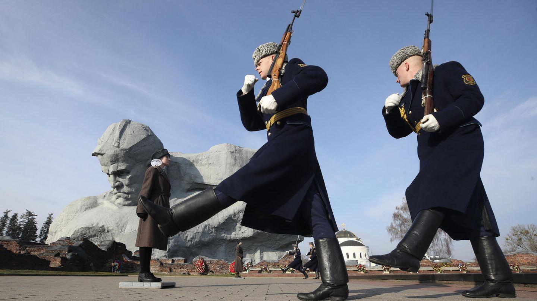 Wachablösung am gewaltigen Denkmal der Schlacht.