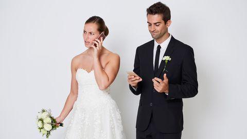 Ein gestresst wirkendes Brautpaar