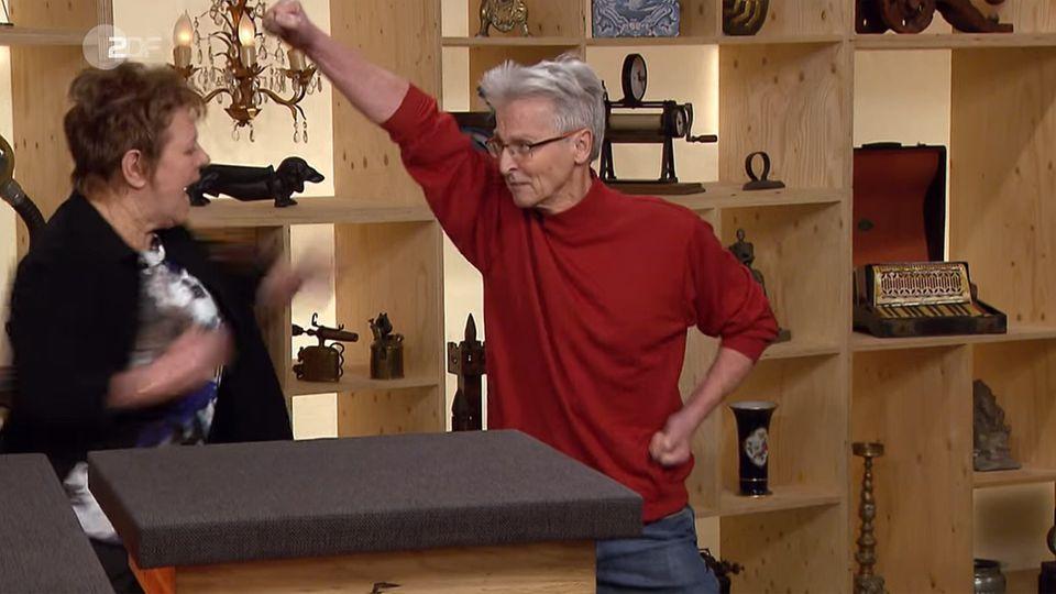Das Ehepaar Dräger führt im Studio von Bares für Rares eine Karateübung vor