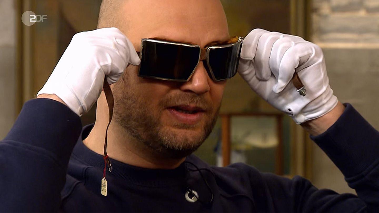 Sven Deutschmanek probiert im Studio von Bares für Rares eine Brille an