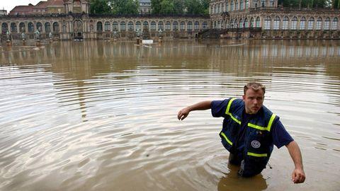 Helfer des THW in den Elbefluten vor dem Dresdner Zwinger