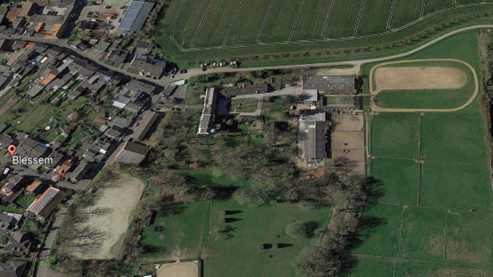 Ein Bild von Google Earth zeigt den Erftstadter Ortsteil Blessem (l) und eine daneben liegende Kiesgrube (r), rechts oben im Bild fließt die Erft.