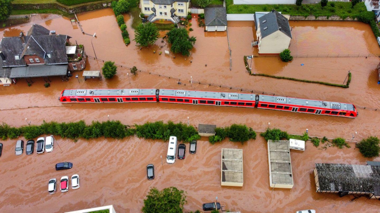 Bahn steht im Wasser