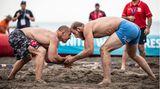 Saint-Laurent-du-Var, Frankreich.Im Sand in der Nähe von Nizza finden an diesem Wochenende die Beach Wrestling World Series statt. Hier trittMathieu Bayle (links) gegen Mihai Nicolae Palaghia (rechts) aus Rumänien an.
