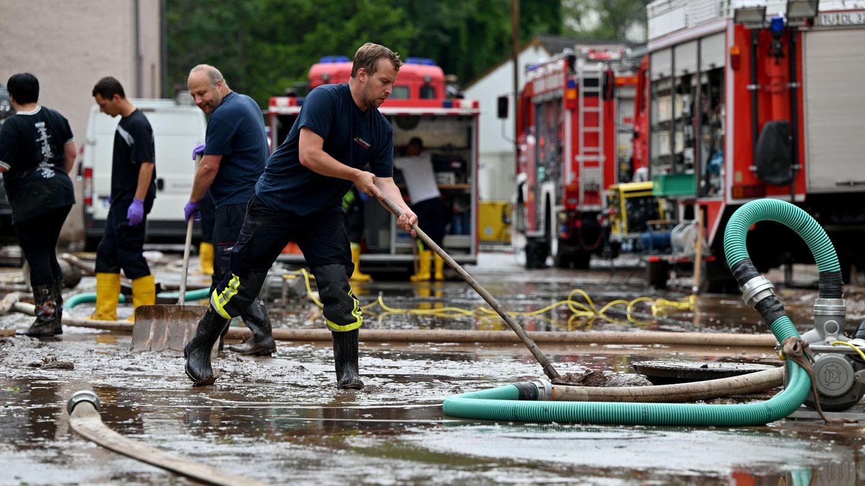 Tausende von Feuerwehrleuten sind in den Hochwassergebieten fast pausenlos im Einsatz.