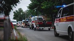 Der Konvoi der Hilfe rollt:Transporter der DLRG bringen Rettungsboote in den Ortsteil Blessem in Erftstadt.