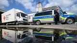 Lastwagen des Deutsches Roten Kreuzes stehen auf dem Gelände des DRK in Dresden zur Abfahrt bereit: Sachsen schickt Ausstattung für Notunterkünfte in die Katastrophenregion Rheinland-Pfalz und wirbt um Spenden für die Betroffenen.