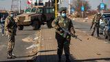 Zur Eindämmung der Gewalt setzt die Regierung seit Mittwoch 25.000 Soldaten ein.