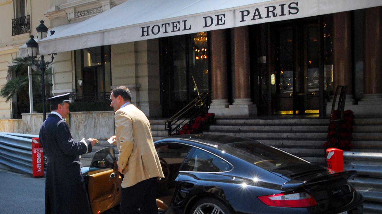 Ein Mann gibt sein Nobel-Auto dem Parkservice vor dem Hotel de Paris in Monaco