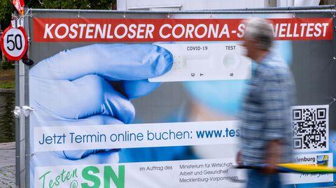 Inzidenz RKI: Corona-Schnelltest-Zentrum in der Innenstadt von Schwerin