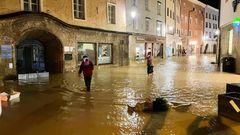 Die sintfluartigen Regenfälle haben in der letzten Nacht Gebiete inBayern und in Österreich unter Wasser gesetzt, wie hier inHallein im Bundesland Salzburg.