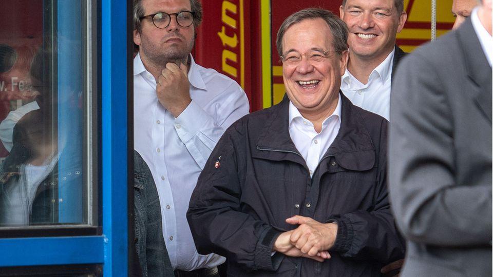 Der lachende Armin Laschet bei seinemBesuchs in Erftstadt während der Rede des Bundespräsidenten