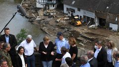 Merkel spricht mit Helfern und Betroffenen oberhalb des verwüsteten Dorfs